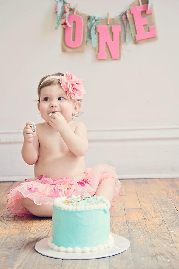 12 ADORABLE CAKE SMASH PHOTOS + TIPS TO SET ONE UP