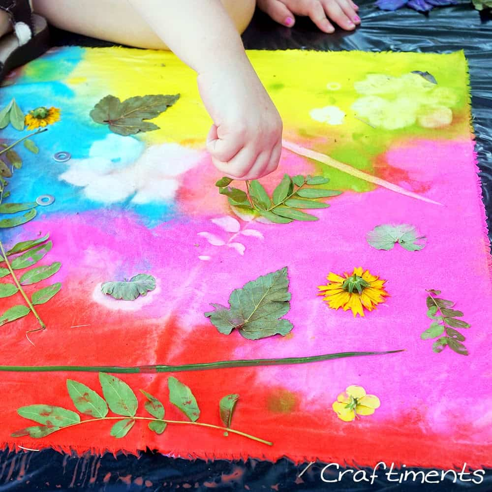 Take Advantage Of The Last Few Rays Summer Sun And Get Kids Out With Nature One Time To Make These Beautiful Fabric Prints