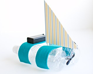 HOW TO MAKE A BOAT WITH A MOTOR (EASY DIY BOTTLE BOAT)