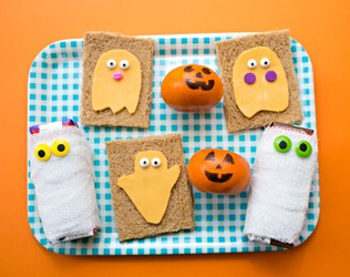 EASY HALLOWEEN LUNCH FOR KIDS: GHOST SANDWICHES AND MUMMY DRINKS