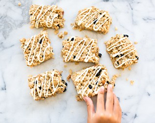 NO BAKE EASY BLUEBERRY AND ALMOND GRANOLA BARS
