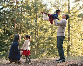 10 BEST TIPS AND POSES FOR NATURAL FAMILY HOLIDAY PHOTOS