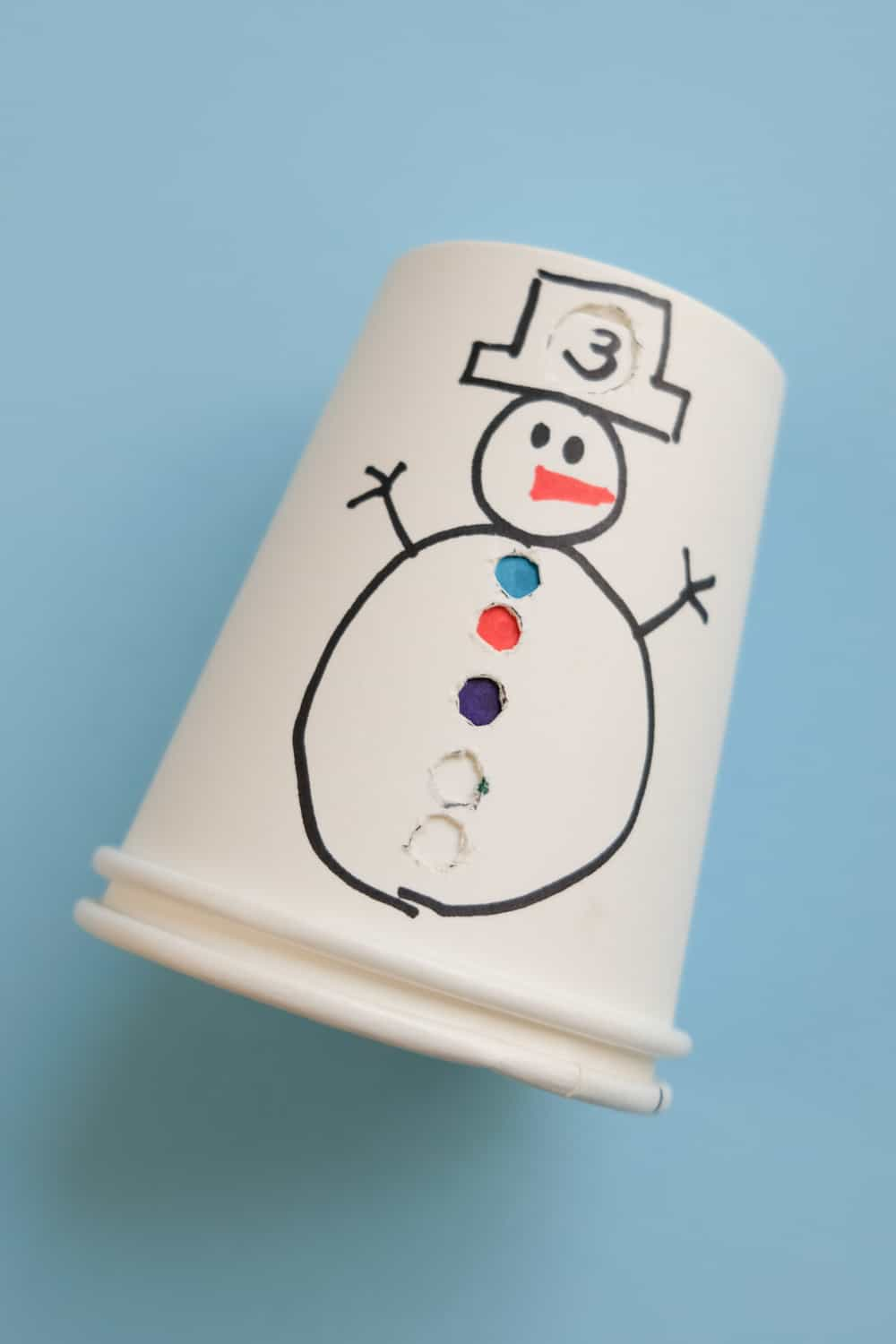 Toddlers are going to have so much fun learning how to count from 1 to 5 with this DIY paper cup snowman!