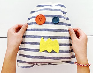 HOW TO MAKE A NO-SEW T-SHIRT MONSTER SOFTIE WITH KIDS
