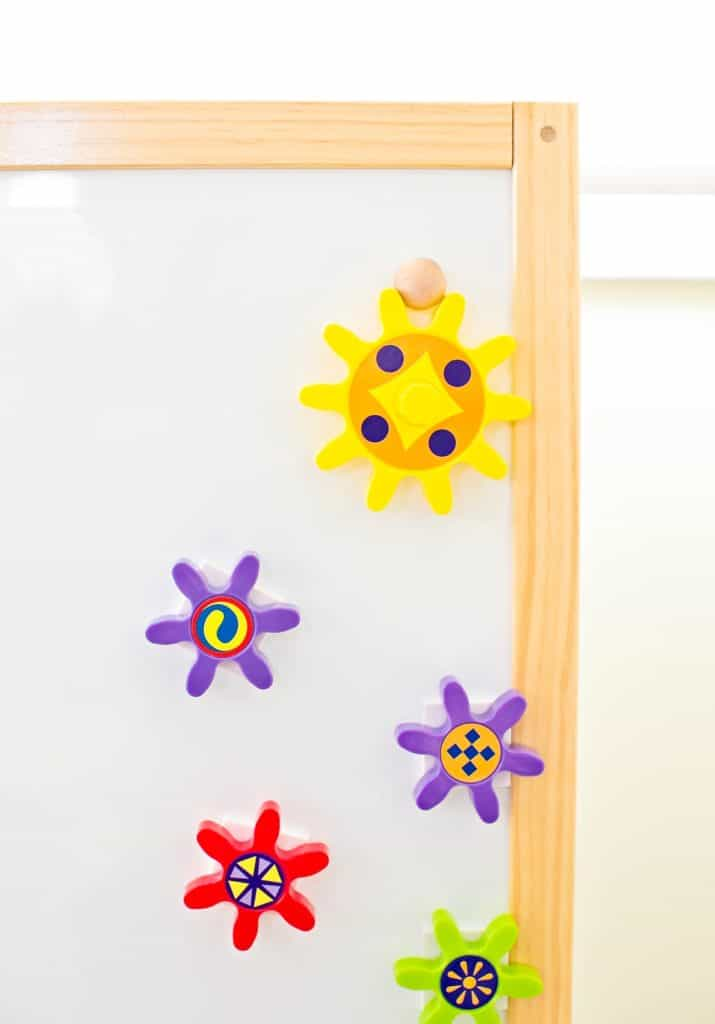 Play and learn with this engaging turn & learn magnetic gears toy.