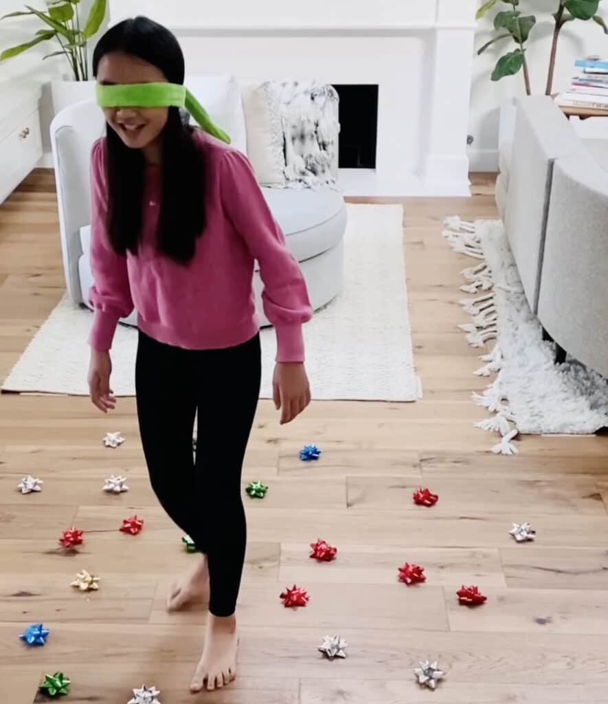 don't step on the christmas tree bows game