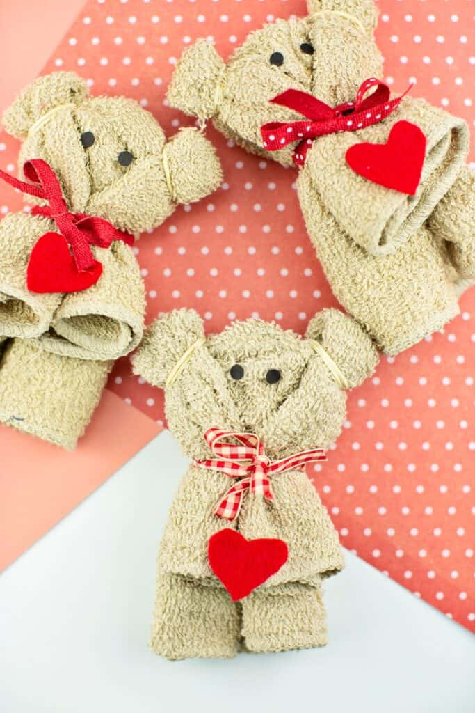 comment faire une serviette ours artisanat de la Saint-Valentin pour les enfants